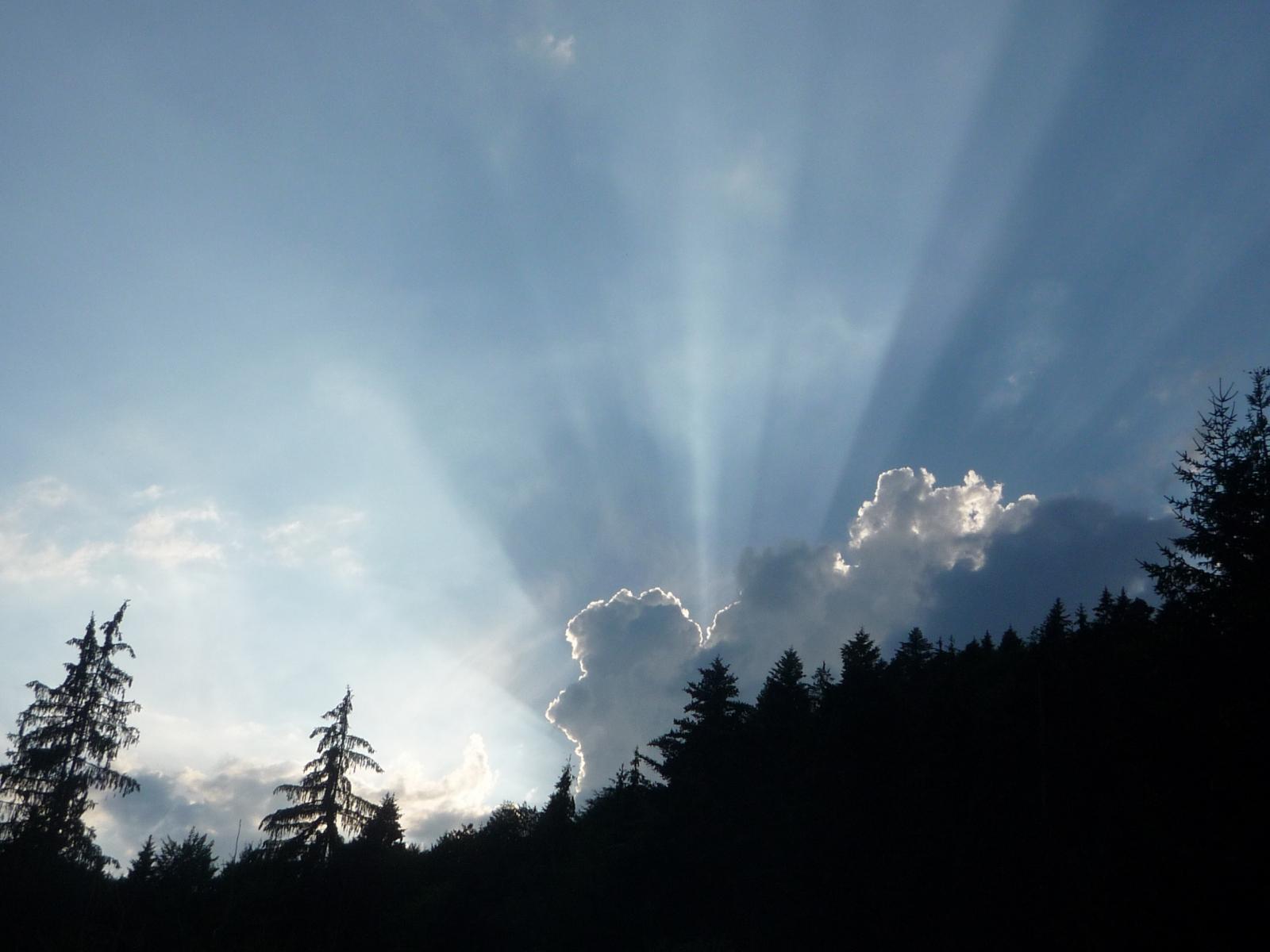 Sonnenstrahlen-hinter-den-Wolken